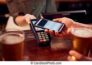 payant, grand plan, contactless, boissons, téléphone, barre, mobile, app, utilisation, homme