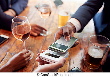 payant, grand plan, contactless, boissons, téléphone, homme affaires, barre, mobile, app, rond, utilisation