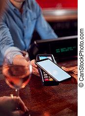payant, grand plan, femme, contactless, boissons, téléphone, barre, mobile, app, utilisation