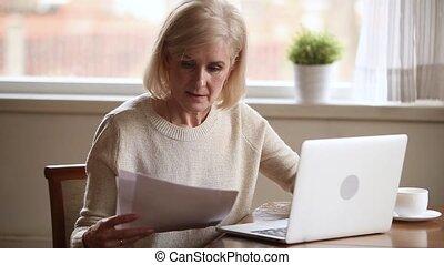payant, vieux, ordinateur portable, mûrir, ligne, sourire, factures, dame