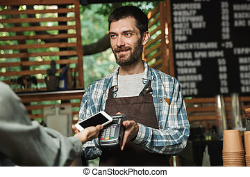 paypass, esterno, barista, lavorativo, caffè, amichevole, pagamento, terminale, mentre, strada, presa a terra, ritratto, caffè, consumatore, o, uomo