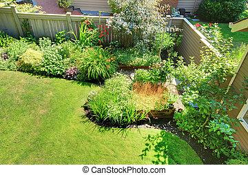 paysage., yard, clôturé, dos, arbrisseaux, coin, fleurs