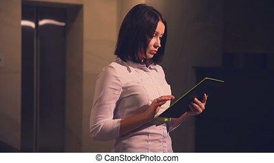 pc, ascenseur, directeur, affaires femme, hôtel, tablette, jeune
