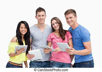 pc, essi, mani, loro, sguardo, gruppo, sorridente, macchina fotografica, tavoletta