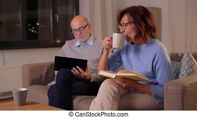 pc tablette, personne agee, maison, couple, livre