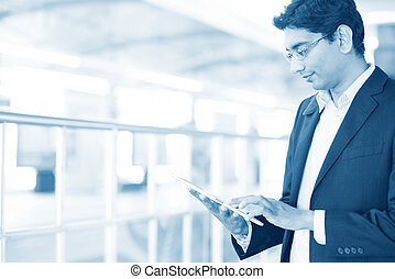 pc tablette, station, utilisation, ferroviaire, homme