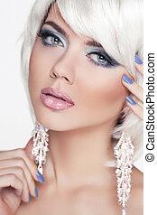 pełen wyrazu, eyes., makeup., fason, piękno, girl., portret kobiety, z, biały, krótki, hair., jewelry., blond, hairstyle.