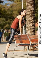 pełna długość, młody, ma na sobie kobietę, rozciąganie, outdoors