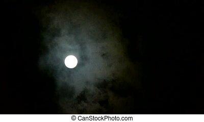 pełnia księżyca, na, pochmurne niebo