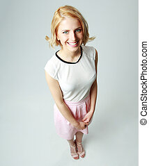 pełny portret długości, od, niejaki, uśmiechnięta kobieta, na, szare tło