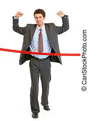 pełny portret długości, od, zadowolony, biznesmen, przejście, zakończać linę, odizolowany, na, white., pojęcie, -, powodzenie, osiągnięcie