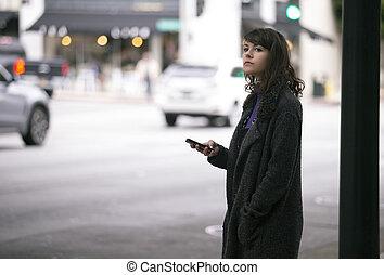 peatón, acción, hembra, teléfono celular, esperar, paseo