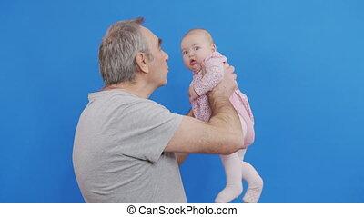 peau, light., comfort., bébé, doux, désinvolte, parent, homme, grandpa., jeux, gris, caucasien, gosse, ou, rire, chevelure, jour, ridé, sourire, conjugal, vieux, rigolote, embrasser, grand-père, heureux