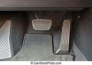 pedáloz, autó