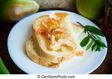 pedaços, de, pão, com, doce, caseiro, fruta, geleia, de, pêras, e, maçãs, em, um, prato