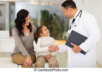 pediátrico, doutor, handshaking, com, pequeno, paciente