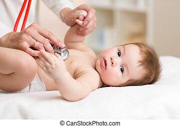 pediatra, examinando, três, meses, antigas, baby., doutor, usando, um, estetoscópio, escutar, para, criança, peito, batida coração conferindo