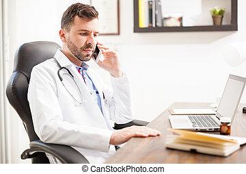 pediatra, hablar teléfono, en, un, oficina