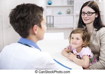 pediatra, mãe, falando, criança