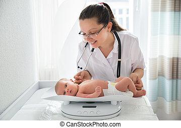 pediatra, verificar, peso, de, bebê