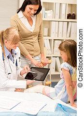 Pediatrician point at x-ray girl broken leg
