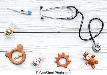 pediatrician., stetoskop, termometer, pillerne, legetøj, nær, klaviatur, på hvide, af træ, baggrund, top udsigt, copyspace