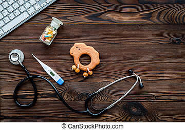 pediatrician., stetoskop, termometer, pillerne, legetøj, nær, klaviatur, på, mørke, af træ, baggrund, top udsigt, copyspace