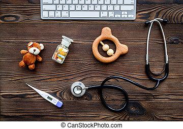 pediatrician., stetoskop, termometer, pillerne, legetøj, nær, klaviatur, på, mørke, af træ, baggrund, top udsigt