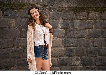 pedra, mulher, parede, jovem, boho, retrato, sorrindo