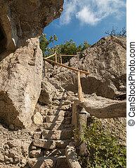 pedra, passos, com, madeira, corrimões, guiando, cima, para, a, topo, de, um, montanha rochosa