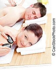pedras, relaxado, jovem, costas, quentes, recebendo, par, massagem