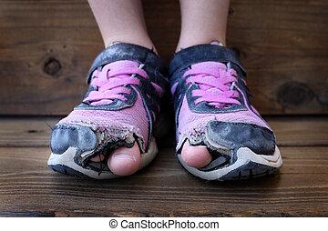 pega, dedos del pie, shoes, agujeros, niño, afuera