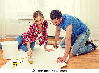 pegamento, pareja, papel pintado, el mancharse, sonriente