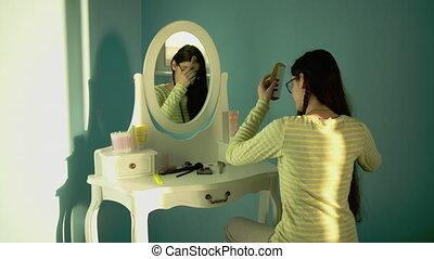 peigner, devant, ensoleillé, brunette, girl, cheveux, séance, jeune, jour, long, épais, miroir, clair, elle-même