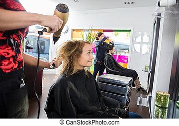 peinado, mujer, ella, obteniendo, salón, nuevo