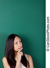 peinzend, jonge vrouw , tegen, bord