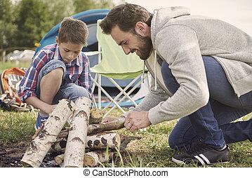 peinzend, jongen, portie, zijn, vader, op, kamperen