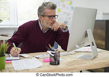 peinzend, man, werken hard, op, computer