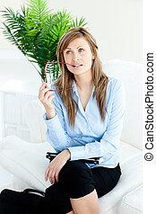 peinzend, zittende , businesswoman, vasthouden, sofa, bril