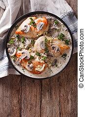 peito galinha, com, cogumelos, em, sauce creme, vertical, vista superior