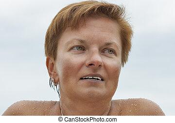 pelada, portrai, meio, ao ar livre, sorrindo, envelhecido, bronzeado, caucasiano