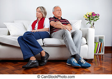 pelea, sofá, pareja, después, sentado