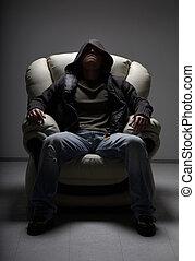 peligroso, hombre que sienta, en, blanco, silla