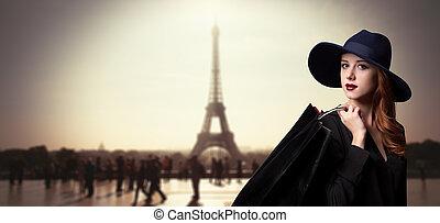 pelirrojo, niña, con, bolsas de compras, en, parisiense,...