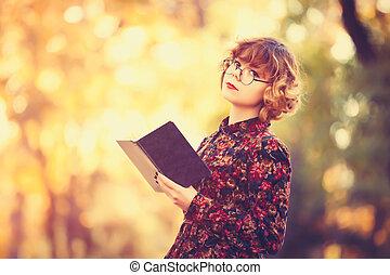 pelirrojo, niña, en, anteojos, con, libro