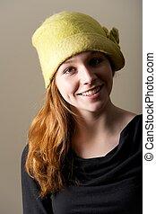 pelirrojo, verde, sonriente, sombrero, hoyuelos