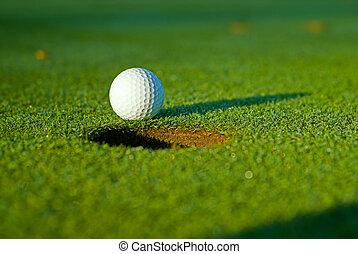 pelota de golf, en, al lado de, agujero, 5
