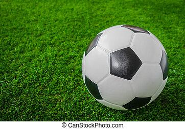 pelota del fútbol, en, hierba verde, .