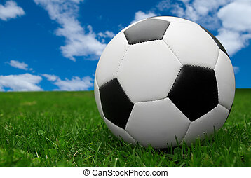 pelota del fútbol, en, pasto o césped