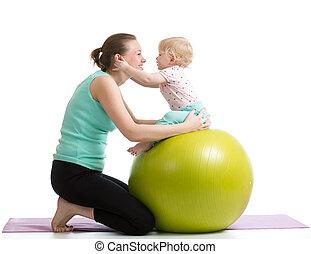 pelota, gimnástico, bebé, madre, diversión, teniendo